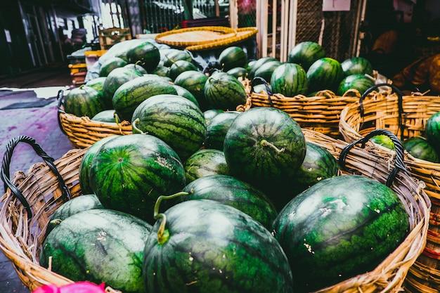 Watermeloen in bamboemand Premium Foto