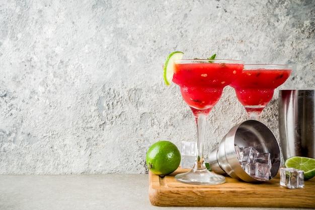 Watermeloen margarita cocktail met limoen en gesneden watermeloen Premium Foto