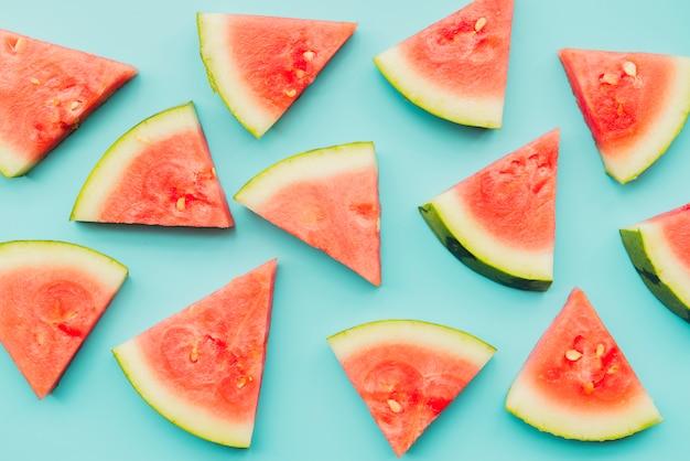 Watermeloenstukken op azuurblauwe achtergrond Gratis Foto