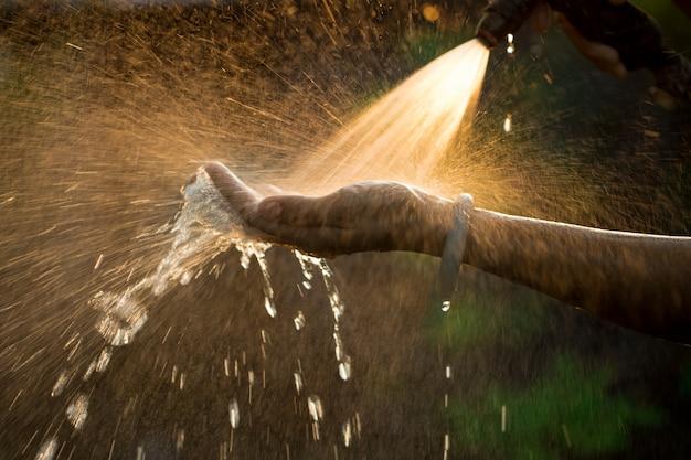 Waternevel hands-on Premium Foto