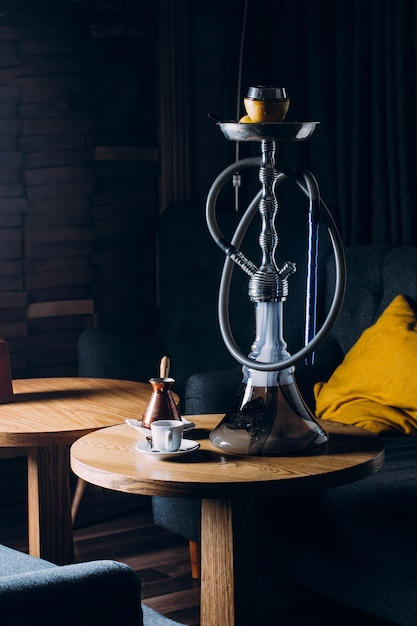 Waterpijp op shishakom met donkere achtergrond Premium Foto