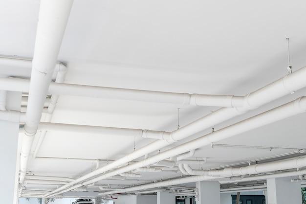 Waterpijpsysteem. installatie van waterleiding in het gebouw. waterleiding transportsysteem. Premium Foto