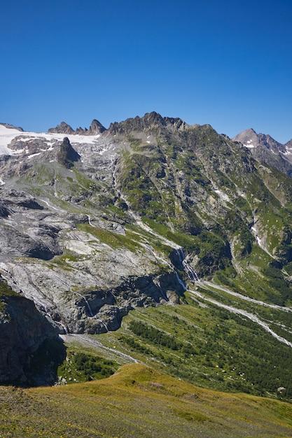 Waterval in de bergen van de kaukasus, smeltende gletsjerrand arkhyz, de watervallen van sofia. Premium Foto