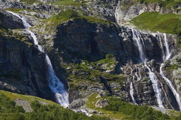 Waterval in de bergen van de kaukasus, smeltende gletsjerrand arkhyz Premium Foto