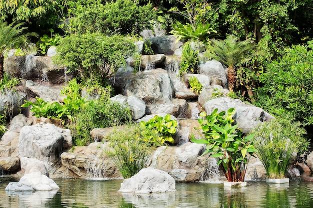 Waterval In Tuin : Waterval in de tuin foto premium download
