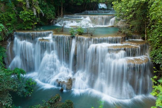 Waterval in diepe regenwoud jungle Premium Foto