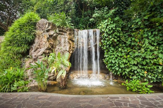 Waterval in park Premium Foto