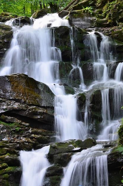 Waterval shipot shipit - een van de mooiste watervallen van transcarpathië Premium Foto