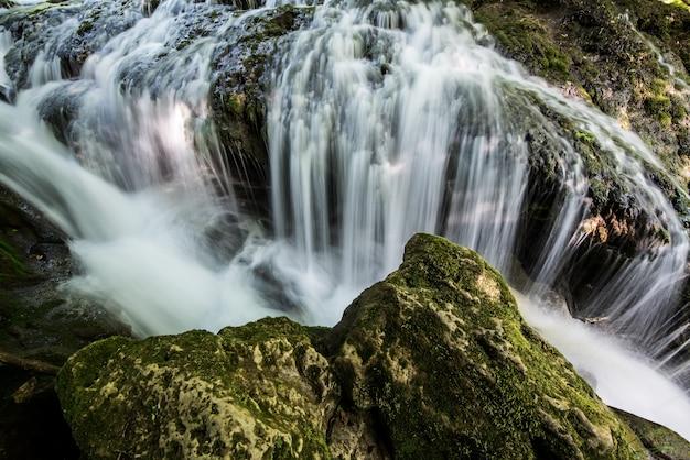 Watervallandschap in de bergen, langzame sluitertoerentallen. Premium Foto