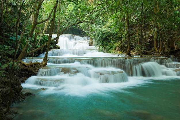 Watervallen in diep bos in nationaal park, a prachtige stroom water beroemde regenwoud waterval in thailand Premium Foto