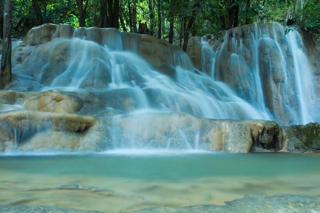 Watervallen in diep bos Premium Foto