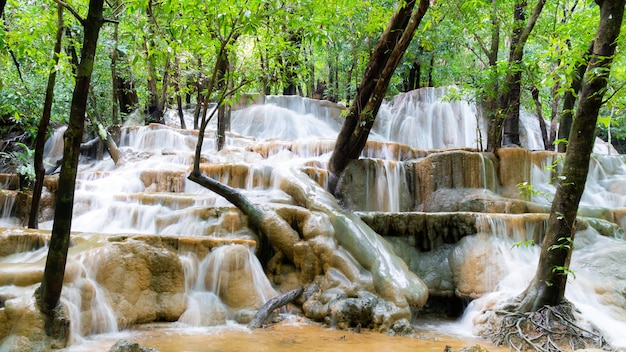 Watervallen waar het water soepel stroomt Premium Foto