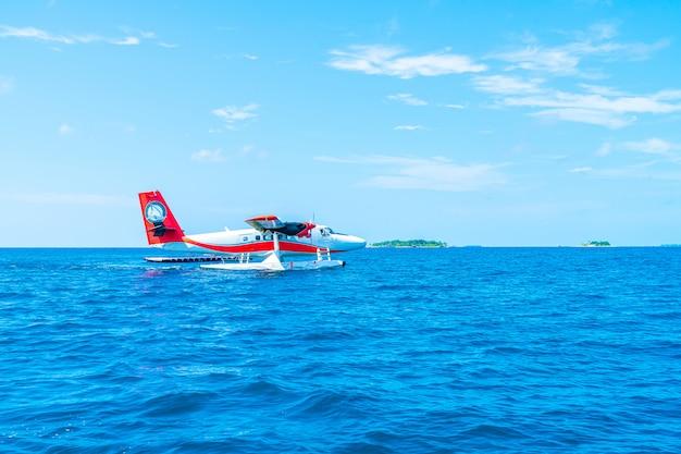 Watervliegtuig stijgt op de luchthaven in maldiven Premium Foto