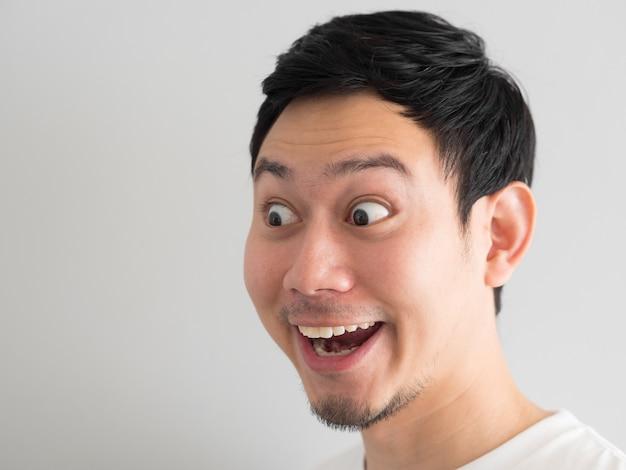 Wauw gezicht van happy aziatische man hoofd geschoten. Premium Foto