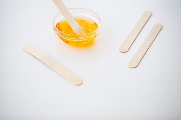 Waxen. instellen voor epileren van verschillende middelen voor epileren. verwijderen van ongewenst haar. moderne epilator, wasstrips, scheermes. minimalistisch, bovenaanzicht Premium Foto