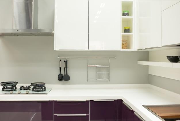 Wazig beeld van moderne keuken interieur voor achtergrond foto