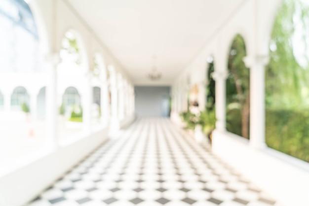 Wazig binnenaanzicht uitkijken naar lege kantoor lobby en toegangsdeuren Premium Foto