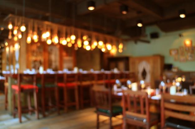 Wazig houten interieur van het restaurant in warme kleuren met bokeh licht Premium Foto