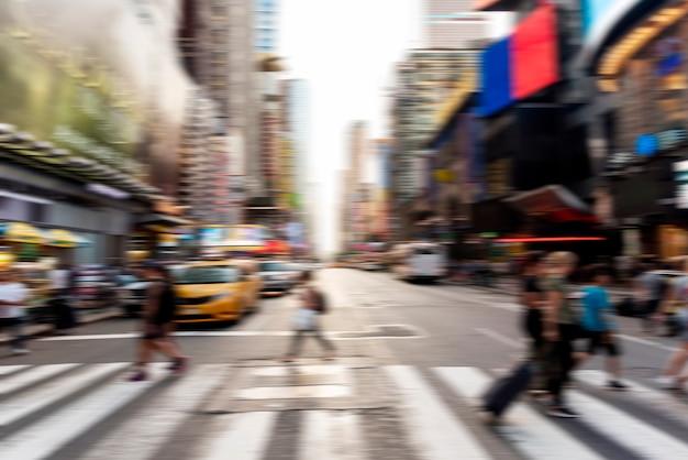 Wazig mensen oversteken van de straat Gratis Foto