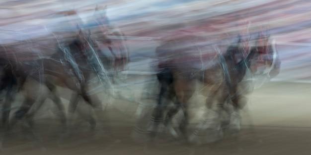 Wazig motie van chuckwagon racen op de jaarlijkse calgary stampede, calgary, alberta, canada Premium Foto
