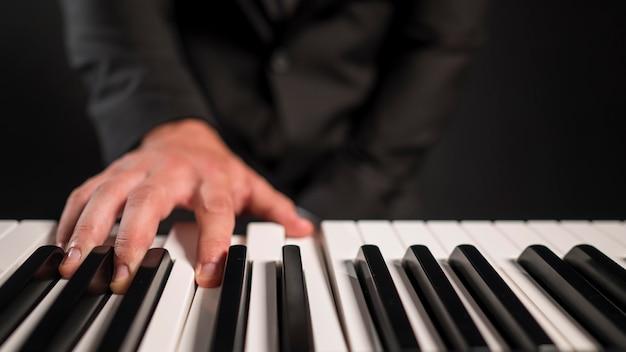 Wazig persoon digitale piano spelen Gratis Foto