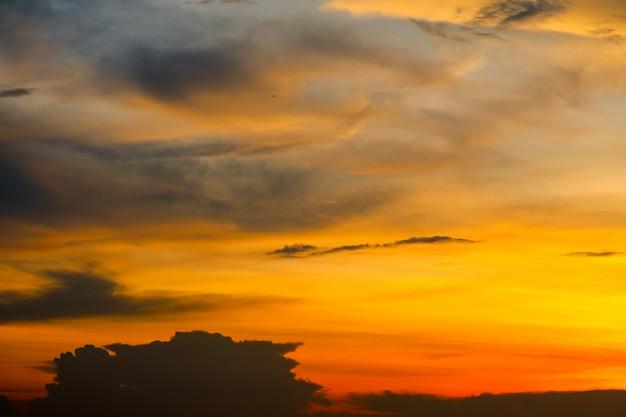 Wazig zonsondergang heap wolk in tropische rode oranje hemel zachte wolk Premium Foto