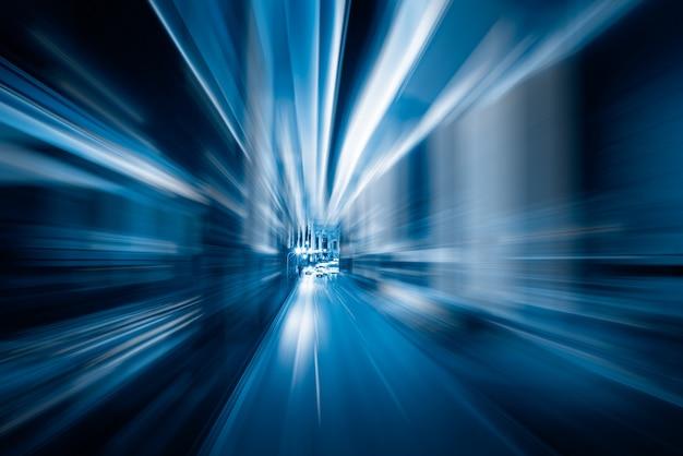 Wazige lichte routes in blauwe toon Gratis Foto
