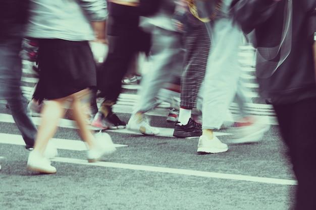 Wazige mensen lopen van dichtbij door de straten van de stad Premium Foto