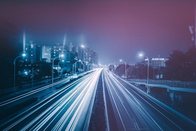 Wazige verkeerslichten op de weg Gratis Foto