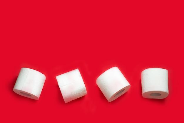 Wc-papier roll op rode muur. kopieer ruimte. Premium Foto