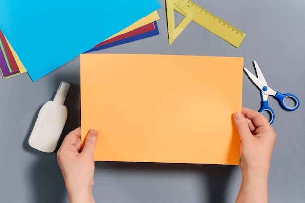 We maken een vis van gekleurd papier. stap 1 Premium Foto