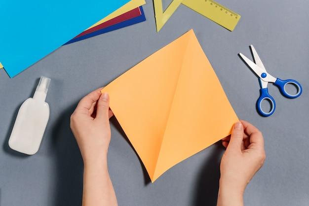 We maken een vis van gekleurd papier. stap 2 Premium Foto