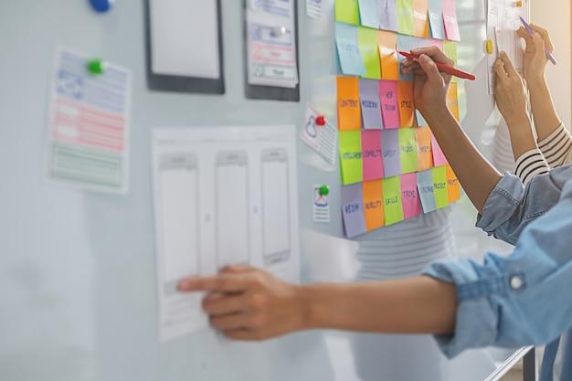 Webdesigner brainstormen voor een strategisch plan. Premium Foto
