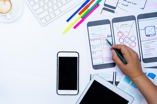 Website ontwerper creatieve planning applicatie ontwikkeling ontwerp schets tekening sjabloon lay-out framework wireframe ontwerp studio Premium Foto