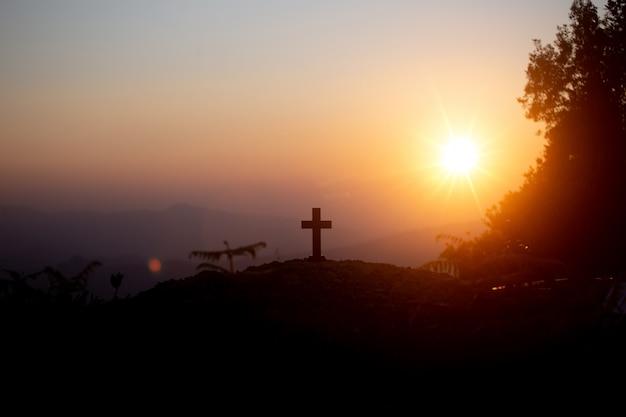Wederopstanding concept: kruisiging van jezus christus kruis bij zonsondergang Gratis Foto