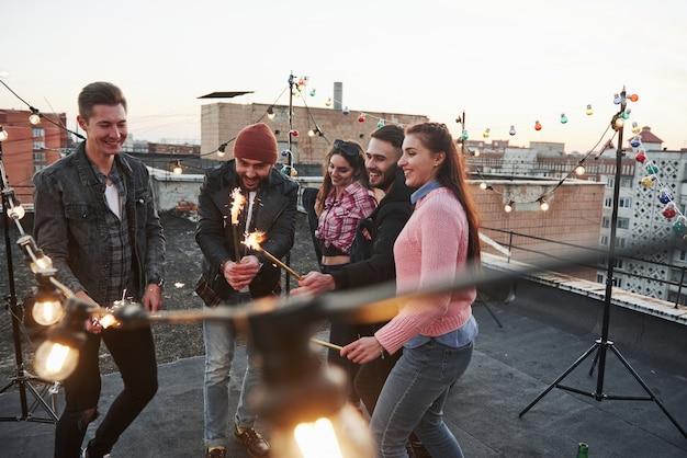 Weer kind. spelen met sterretjes op het dak. groep van jonge mooie vrienden Gratis Foto