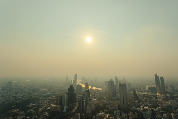 Weergave van bangkok stad avond met stof overschrijden van de standaard waarde. Premium Foto