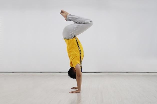 Weergave van capoerista man in handstand positie Premium Foto