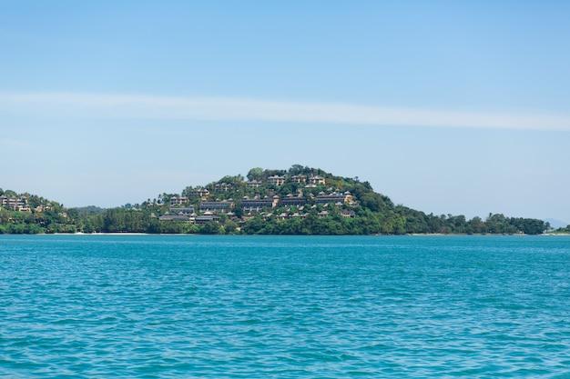Weergave van een groen eiland in de blauwe oceaan. (geen tags met lijnen. max 2 woorden) Premium Foto