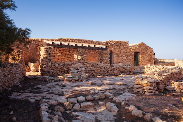 Weergave van het oude huis genaamd dammuso casa teresa, lampedusa Premium Foto