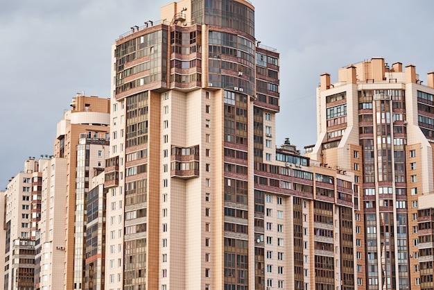 Weergave van modern gebouw in een stadslandschap Premium Foto