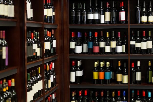 Weergave van rij flessen wijn Premium Foto