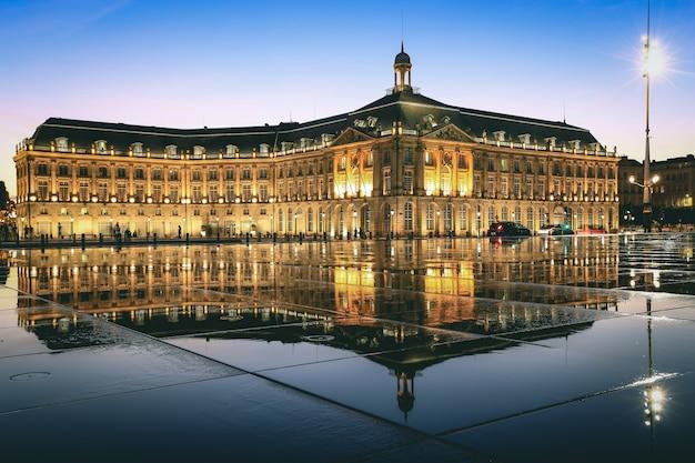Weerspiegeling van place de la bourse in bordeaux, frankrijk. een unesco werelderfgoed Premium Foto