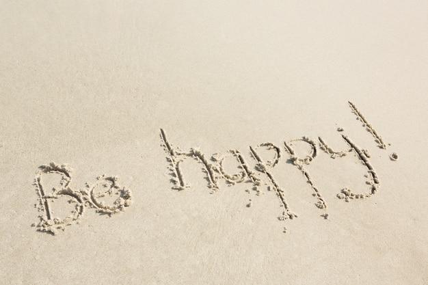Wees blij geschreven op zand Gratis Foto
