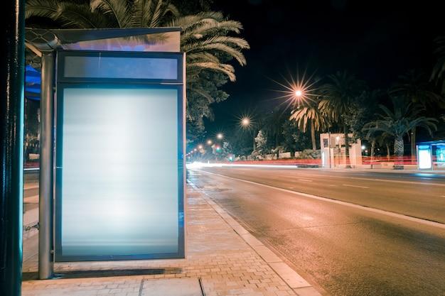 Weg auto licht paden bij moderne stad reclame lichtbak Gratis Foto