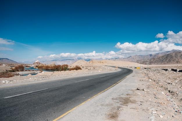 Weg en blauwe hemel in leh ladakh, india Gratis Foto