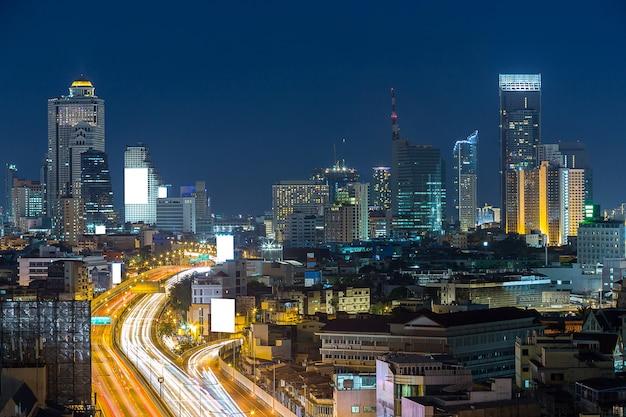 Weg en horizon met wit aanplakbord in economische streek Premium Foto