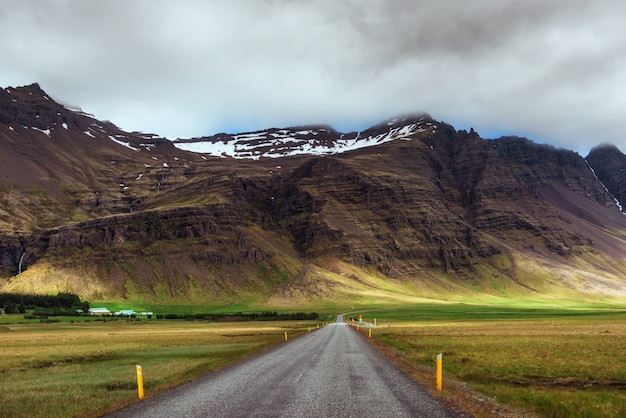 Weg in de bergen. brug over een kanaal dat jokulsarlon-lagune en de atlantische oceaan in zuidelijk ijsland verbindt Premium Foto