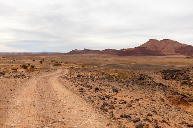 Weg in de woestijn, sahara woestijn, marokko Premium Foto