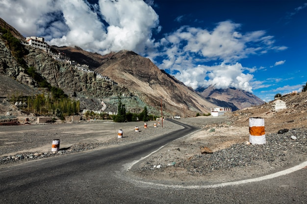 Weg naar diskit gompa tibetaans boeddhistisch klooster, ladakh Premium Foto